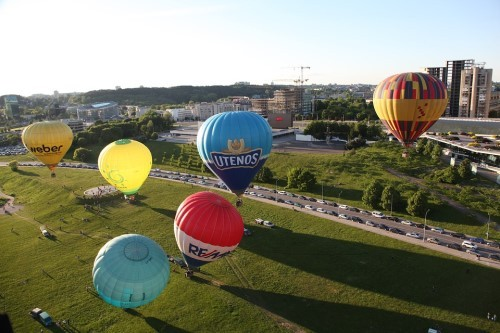 Lithuania-visa-traveler-in-baloon-festival